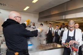 Pierre Wind leert Albeda-leerlingen koken met stikstof