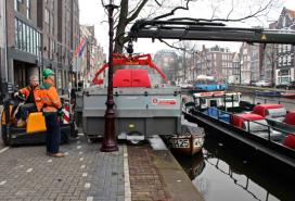 Andaz Amsterdam: vuilnis via de gracht de stad uit