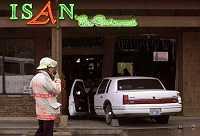 Dronken chauffeur rijdt auto in restaurant