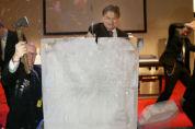Fagel hakt wedstrijdlogo uit ijsklomp