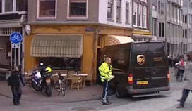 Koeriersbus ramt pui Amsterdams café