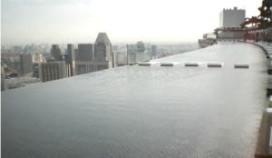 Buitenzwembad op 55e verdieping hotel