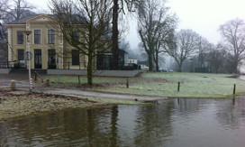 Water nadert IJsselhotel Deventer