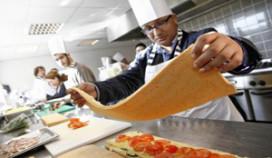 Cateraar laat kinderen met beperking koken