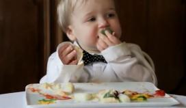 Olvarit laat baby's eten in sterrestaurant