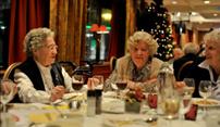 Kerstdiners voor eenzame ouderen bij Van der Valk