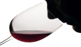 Wijnproeverij met koptelefoon op