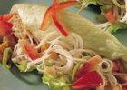 Makreelrolletjes met mihoen en cashewnoten in ijsbergsla