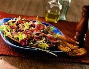 Warme salade met biefstuk en gedroogde tomaten