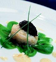 Tartaar van zeebaars met servugakaviaar en een saus van ei