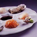 Verschillende rauwe vissoorten met sojasaus