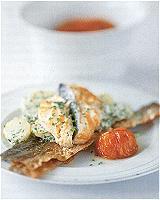 Warme aardappelsalade met tuinkruiden en zalmfilet, krokante chips van het vel