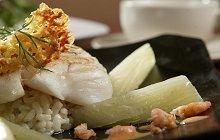 Gebakken kabeljauw met risotto en garnalensaus