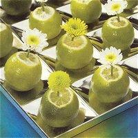 Limoenenschaal met chrysanten