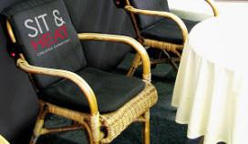 Warme stoel op koud terras