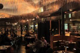 Monnikenwerk: duizenden eetstokjes aan plafond