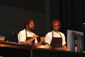 René Redzepi en zijn sous-chef on stage. Een van zijn adviezen: 'Gebruik eens rozenbottel of beukennootjes.'