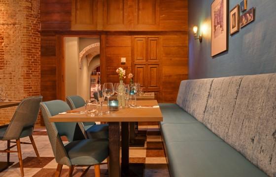 Estida fabers alkmaar interieur blauwe zaal tafels 560x360