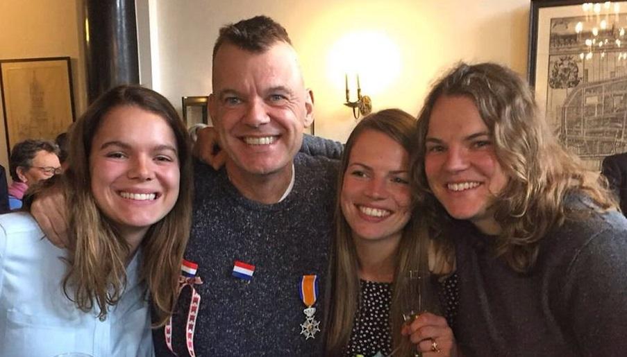 Joost Verhoeff op het Delftse stadhuis, omringd door zijn dochters (vlnr) Femke, Kim en Mara.
