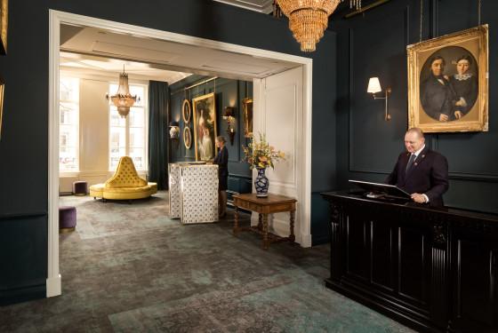 Lobby reception concierge 560x375