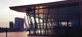 Ron Sterk buigt zich over paviljoen aan de Maas