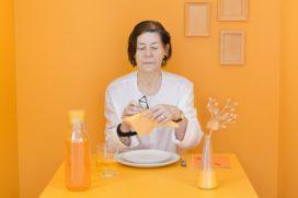 'Oranje en geel trendkleur op tafel horeca'
