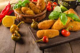 Serveer onderscheidende snacks bij de lunch
