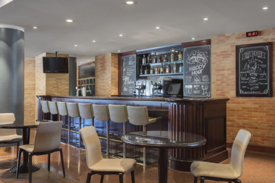 She301re 203674 runway cafe bar area 560x373