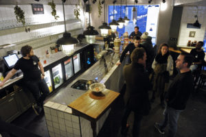 De bar in het proeflokaal (C) Fotopersbureau Dijkstra