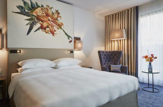 Hyatt regency amsterdam standard room 2 560x368