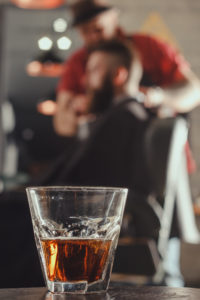 blurring, alcohol bij de kapper