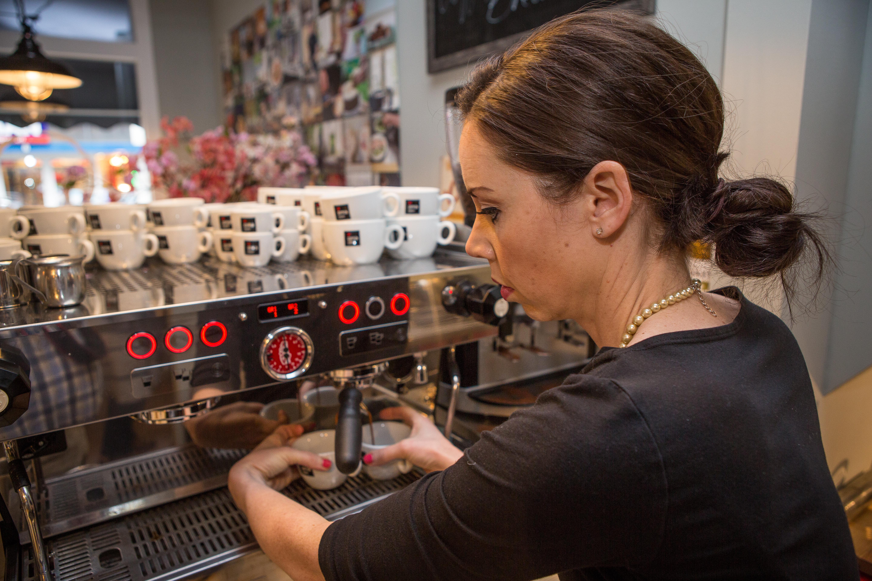 Fiona Buitenhuis aan het werk in Coffeelicious Breda