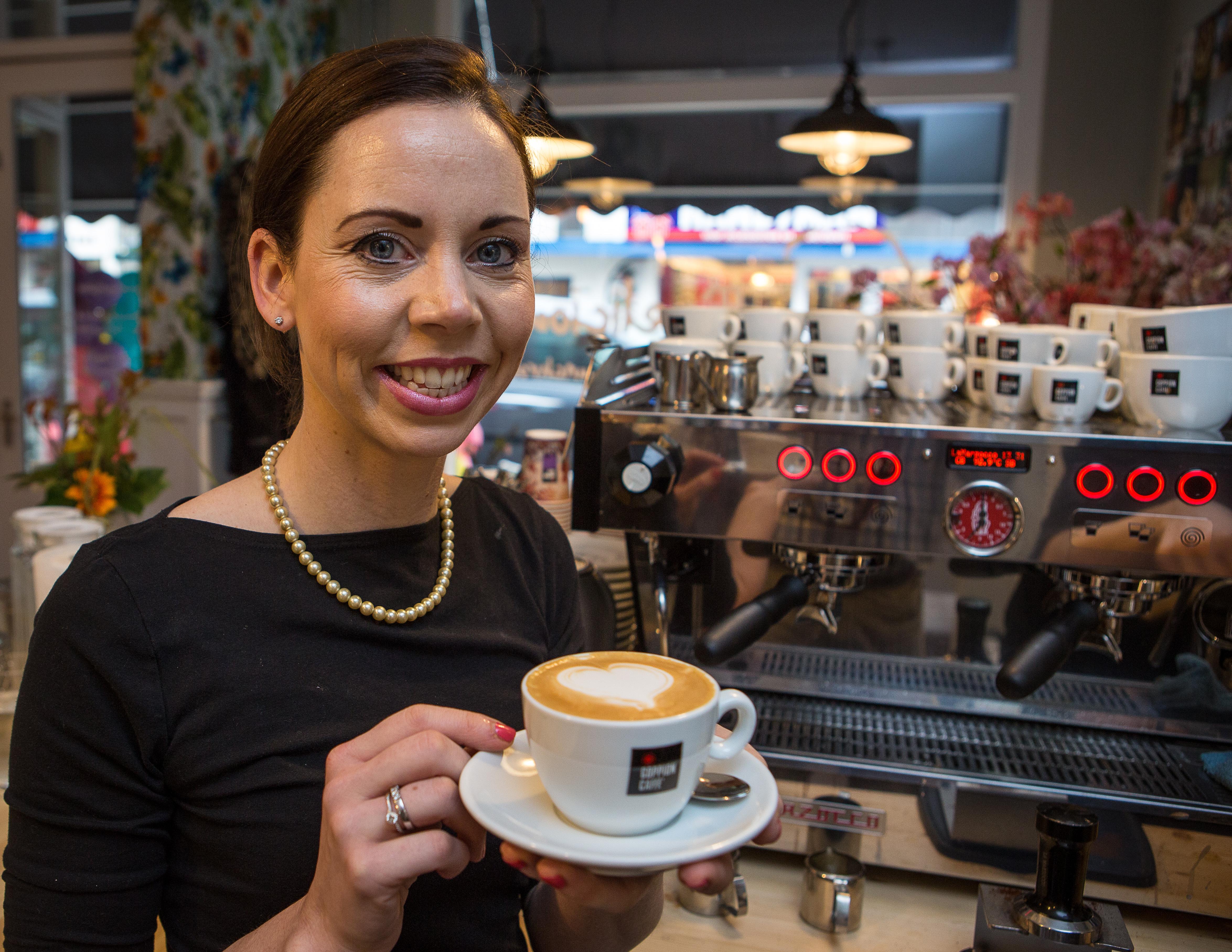 Fiona Buitenhuis en één van de 18.000 cappuccinos die per vestiging worden geschonken