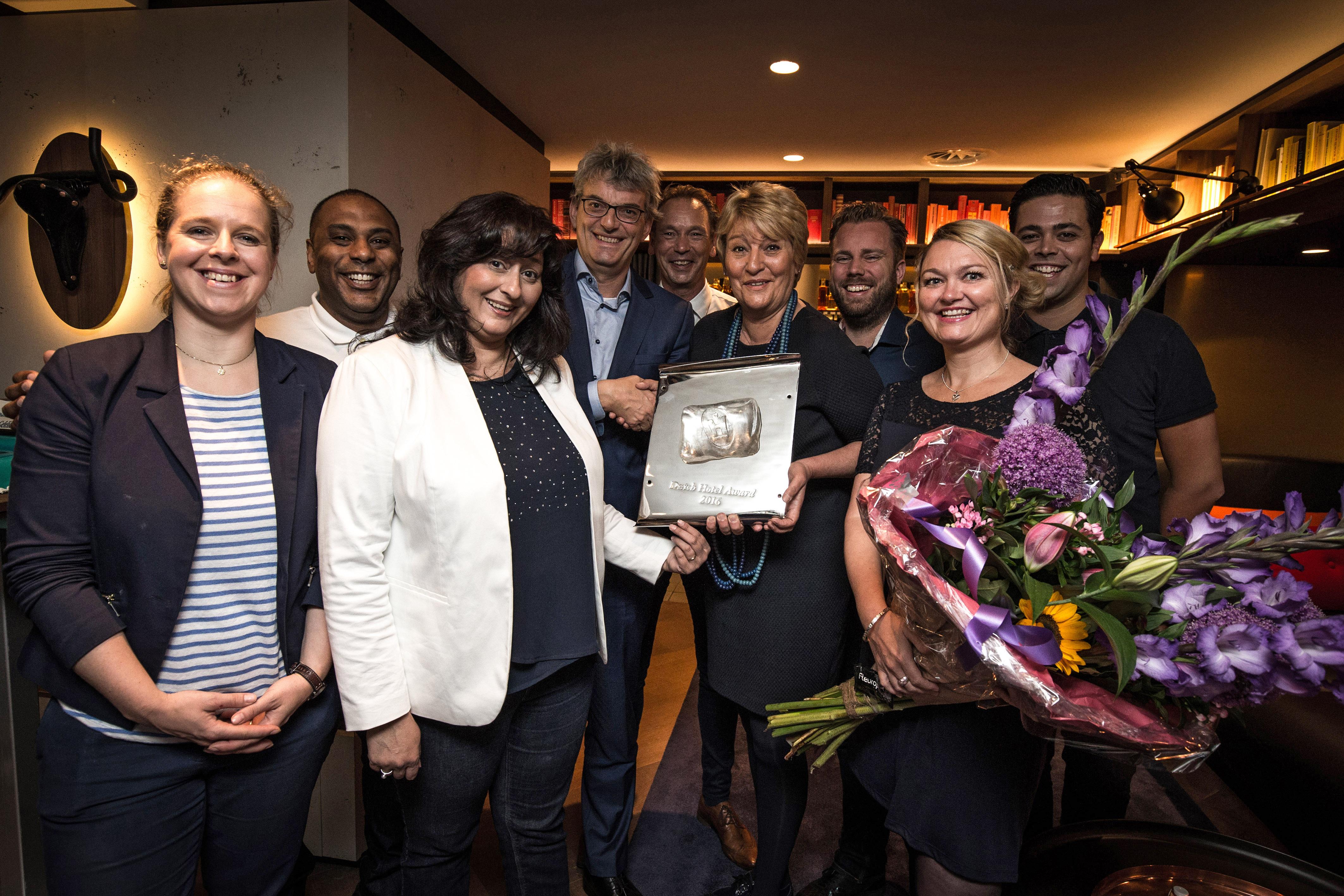 INK Hotel ontvangt wandplaquette na winst Dutch Hotel Award 2016
