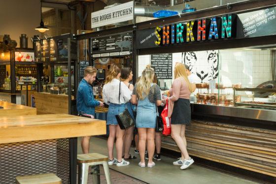Iedere stand in de Foodhallen is uniek en samen zorgen ze voor een breed aanbod: van Frans, Peruaans, sushi, taco's, pizza's tot groenten en wafels. Streetfood van hoog niveau; dat is het credo.