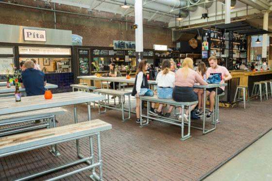 De Hallen Amsterdam, waar de Foodhallen onderdeel van is, werd drie jaar geleden geopend in de voormalige tramremise in Oud-West, een monumentaal pand waar lang geleden de eerste elektrische trams werden onderhouden.