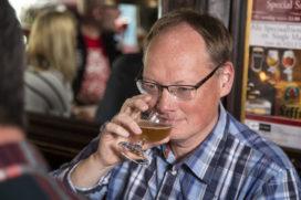 Eerste exemplaar 'Dit is een boek over bier' voor Ronald Giphart