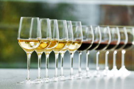 'Meisjes van de Wijn' helpen horecazaken van incourante wijnvoorraad af
