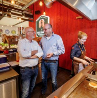 Hans Geurts (links) is onder de indruk van de bevlogen Roel Bloemen van The Barn Food.