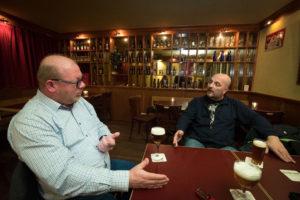 Amsterdam - Rik en Peter in discussie over de toekomst van bier. FOTO: DIEDERIK VAN DER LAAN