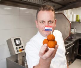 Eric Swaghoven* eert koning met oranje bitterbal