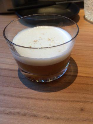 De lunch startte met een glaasje Irisch coffee van gerookte palingbouillon. De boullon is gemaakt van de vellen, schillen en graten, de resten van gerookte paling (als je palingfilet maakt). Het zet de smaakpapillen meteen op scherp, intens en vol van umami.