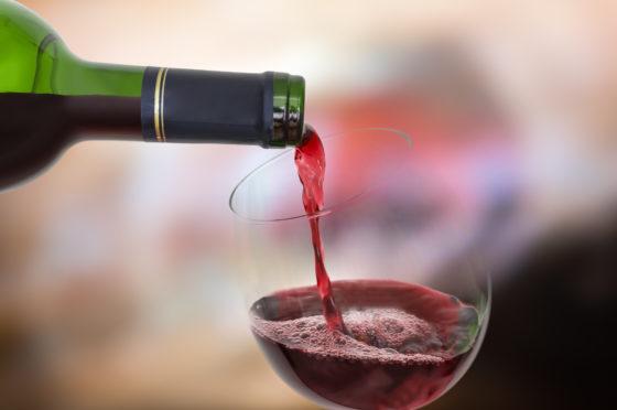 Medewerker schenkt per ongeluk peperdure wijn in restaurant