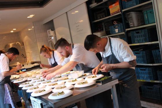 Guido Braeken maakt zijn bord op: coquille, doperwt, kaviaar en buikspek