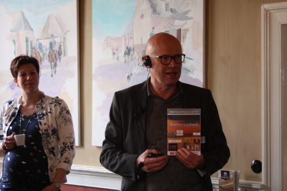 Ton Lenting, initiator, heet alle aanwezigen welkom en presenteert het programmaboekje waarin deelnemers ook hun aantekeningen en leerpunten kunnen bijhouden.