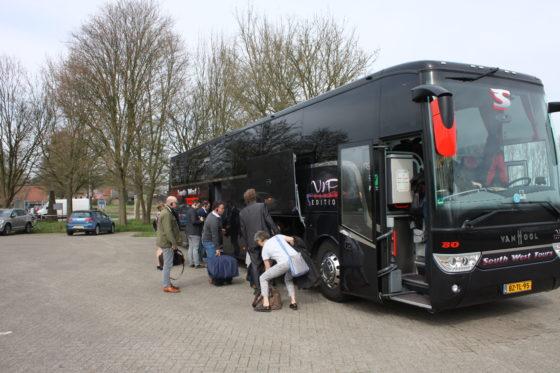 Daarna met de koffers de bus in om op pad te gaan.