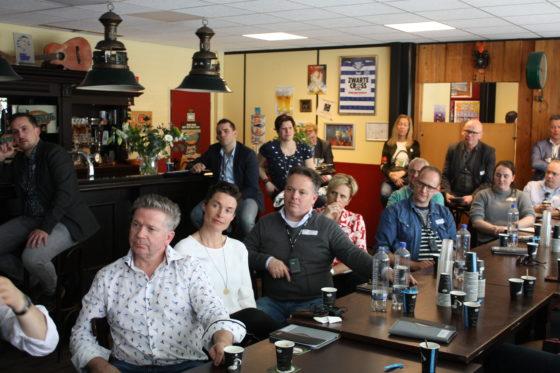 Geboeid luisteren de ondernemers naar de presentatie.