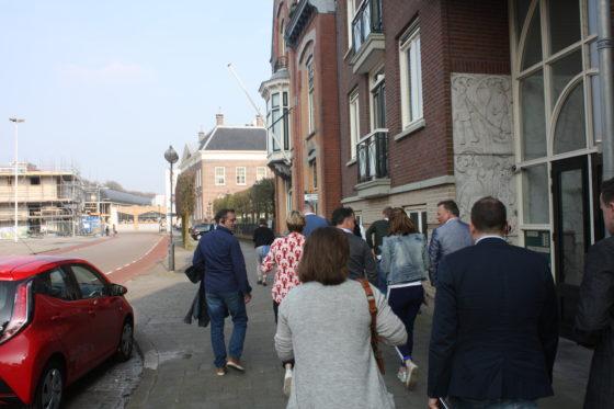 De groep stapt uit in Almelo.