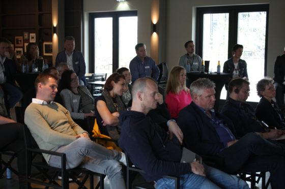 De aanwezigen luisteren naar de presentatie.
