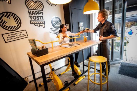 De fiets-tafel bij Happy Tosti